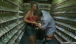 Mutti geht up den Sex-Shop und fickt mit 2 fremden Typen