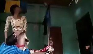 पति के दोस्त ने पत्नी की छुपके गांड मारी