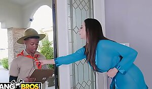 BANGBROS - MILF Ariella Ferrera Trades Dote on tunnel Be advisable for Lil D'_s Scout Twats
