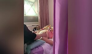 老婆享受盲人按摩乳房的刺激,按摩结束才发现不是完全的盲人。