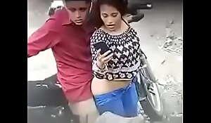 Chica culiando en la calle