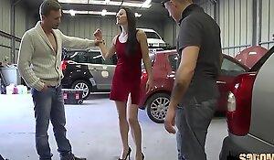 Océane, la vendeuse de bagnole enculée en doublette dans un garage crasseux